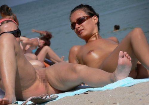 ビラビラなマンコや巨大乳輪おっぱいが丸見えなヌーディストビーチのエロ画像 39枚 No.35