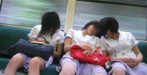 【画像】電車で向かい席にミニスカJKが座ったらとりあえず視姦しちゃうよなwwww 37枚 No.2