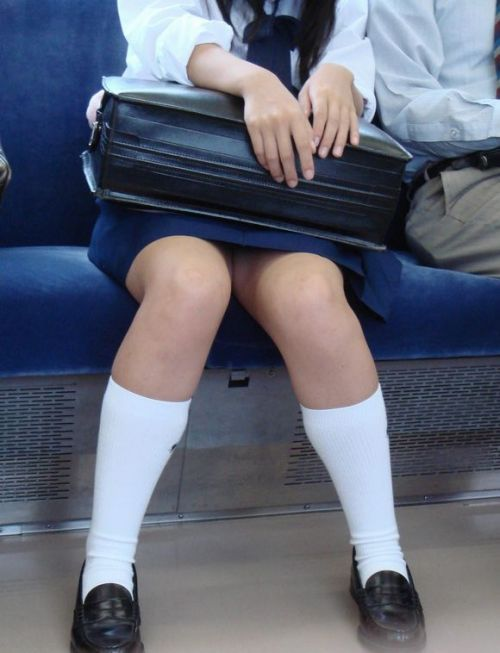 【画像】電車で向かい席にミニスカJKが座ったらとりあえず視姦しちゃうよなwwww 37枚 No.3