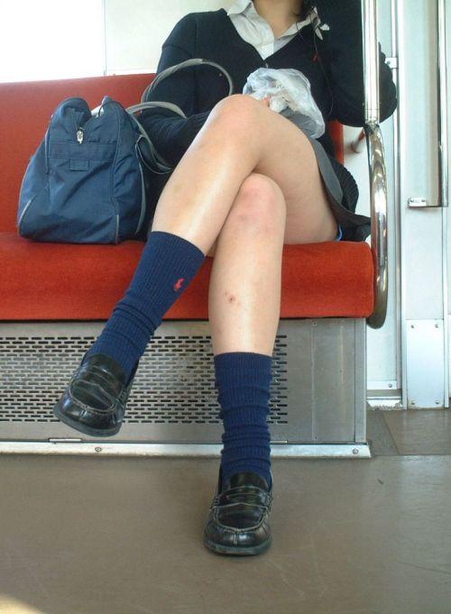 【画像】電車で向かい席にミニスカJKが座ったらとりあえず視姦しちゃうよなwwww 37枚 No.6