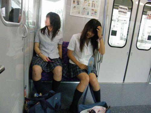 【画像】電車で向かい席にミニスカJKが座ったらとりあえず視姦しちゃうよなwwww 37枚 No.8