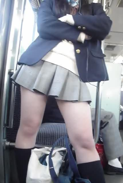 【画像】電車で向かい席にミニスカJKが座ったらとりあえず視姦しちゃうよなwwww 37枚 No.10