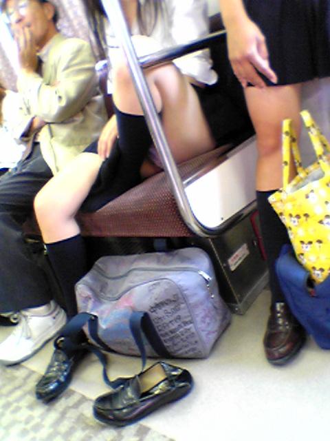 【画像】電車で向かい席にミニスカJKが座ったらとりあえず視姦しちゃうよなwwww 37枚 No.11