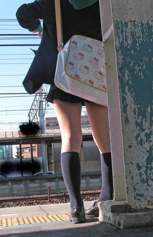 【画像】電車で向かい席にミニスカJKが座ったらとりあえず視姦しちゃうよなwwww 37枚 No.12