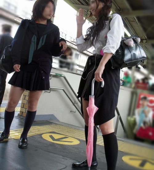 【画像】電車で向かい席にミニスカJKが座ったらとりあえず視姦しちゃうよなwwww 37枚 No.15
