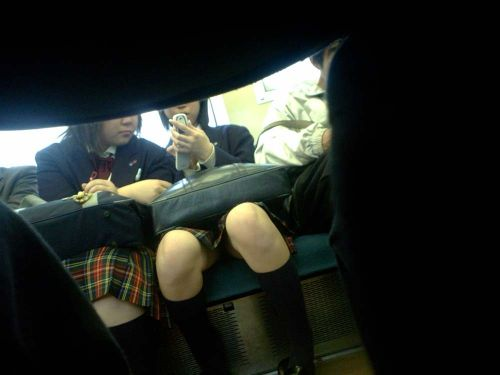 【画像】電車で向かい席にミニスカJKが座ったらとりあえず視姦しちゃうよなwwww 37枚 No.18