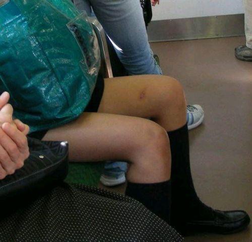 【画像】電車で向かい席にミニスカJKが座ったらとりあえず視姦しちゃうよなwwww 37枚 No.25