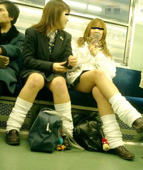 【画像】電車で向かい席にミニスカJKが座ったらとりあえず視姦しちゃうよなwwww 37枚 No.30