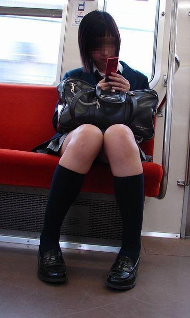 【画像】電車で向かい席にミニスカJKが座ったらとりあえず視姦しちゃうよなwwww 37枚 No.35