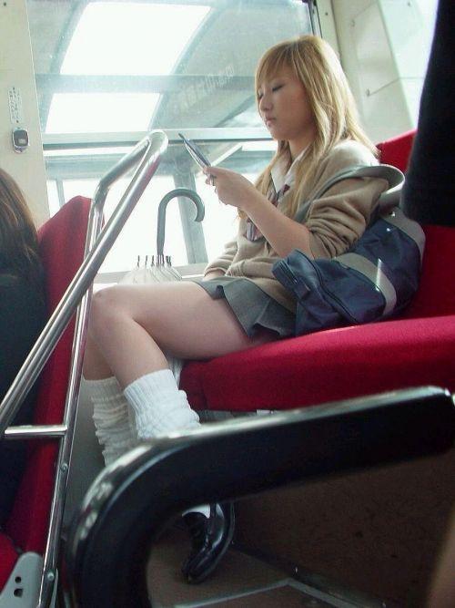 【画像】電車で向かい席にミニスカJKが座ったらとりあえず視姦しちゃうよなwwww 37枚 No.37