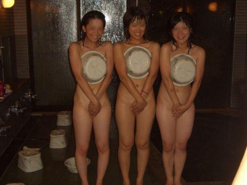 温泉旅行の露天温泉で全裸記念撮影をしたエロ画像がこちらです! 32枚 No.1