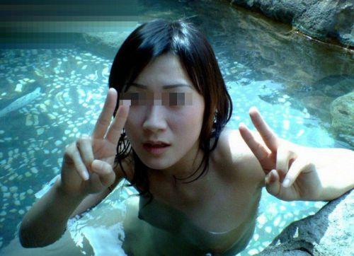 温泉旅行の露天温泉で全裸記念撮影をしたエロ画像がこちらです! 32枚 No.32