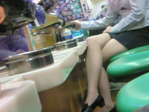 パチンコ屋のギャルの脚組み太ももやお尻を盗撮したエロ画像 47枚 No.9