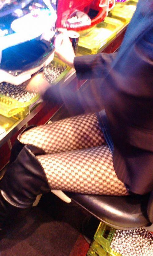 パチンコ屋のギャルの脚組み太ももやお尻を盗撮したエロ画像 47枚 No.22