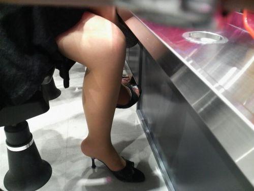 パチンコ屋のギャルの脚組み太ももやお尻を盗撮したエロ画像 47枚 No.23