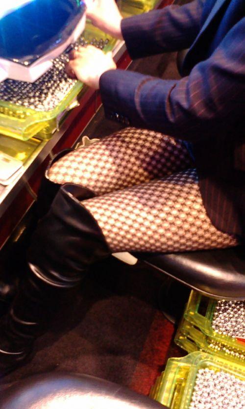 パチンコ屋のギャルの脚組み太ももやお尻を盗撮したエロ画像 47枚 No.24