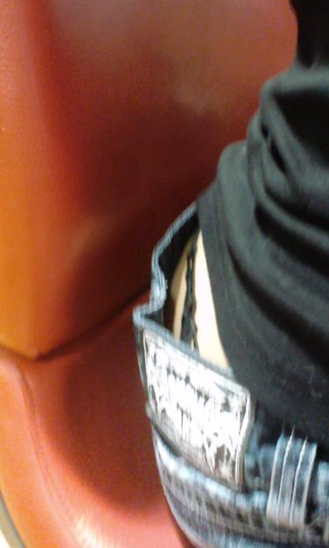 パチンコ屋のギャルの脚組み太ももやお尻を盗撮したエロ画像 47枚 No.35