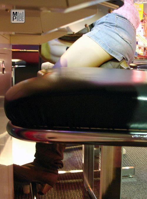 パチンコ屋のギャルの脚組み太ももやお尻を盗撮したエロ画像 47枚 No.37