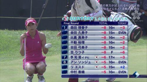 TVにゴルフのグリーンが映るとパンチラが気になっちゃうエロ画像 42枚 No.1