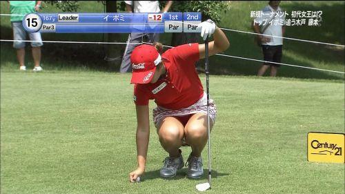 TVにゴルフのグリーンが映るとパンチラが気になっちゃうエロ画像 42枚 No.4