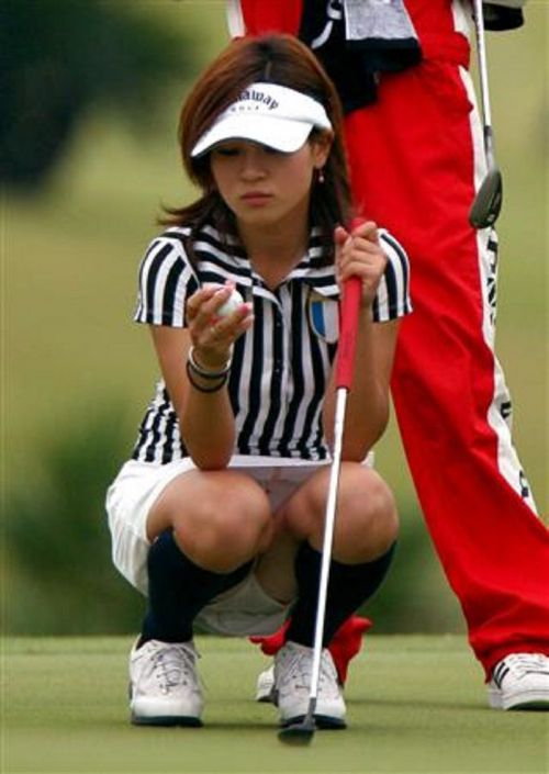 TVにゴルフのグリーンが映るとパンチラが気になっちゃうエロ画像 42枚 No.14