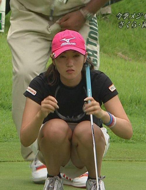 TVにゴルフのグリーンが映るとパンチラが気になっちゃうエロ画像 42枚 No.16