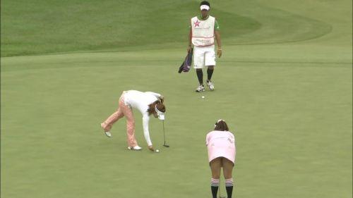 TVにゴルフのグリーンが映るとパンチラが気になっちゃうエロ画像 42枚 No.19