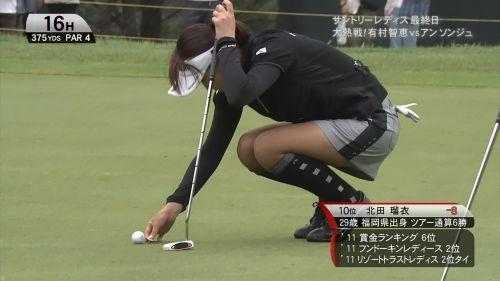TVにゴルフのグリーンが映るとパンチラが気になっちゃうエロ画像 42枚 No.22