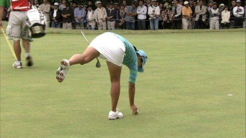 TVにゴルフのグリーンが映るとパンチラが気になっちゃうエロ画像 42枚 No.24