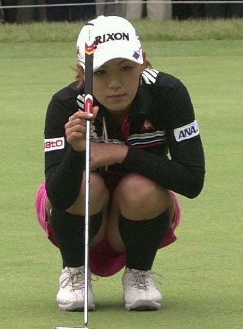 TVにゴルフのグリーンが映るとパンチラが気になっちゃうエロ画像 42枚 No.39