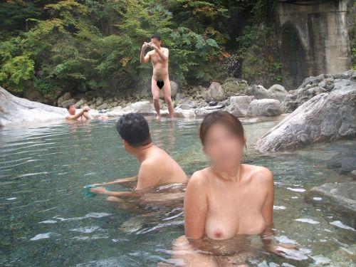 混浴露天風呂でオマンコやおっぱいを堂々と晒してるエロ画像 39枚 No.7