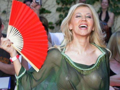 【エロ画像】海外セレブの間ではスケ乳首のファッションが大人気らしいwww 33枚 No.1