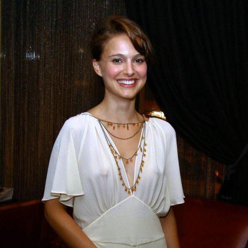 【エロ画像】海外セレブの間ではスケ乳首のファッションが大人気らしいwww 33枚 No.8