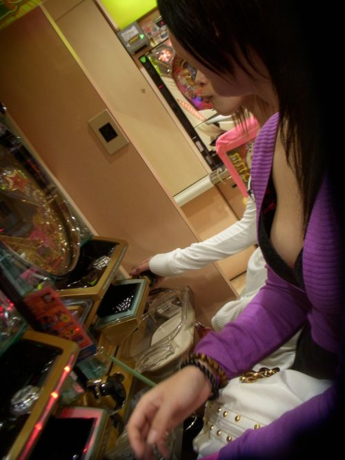 パチンコ屋のお客さんやイベントガールの胸チラ盗撮画像まとめ 33枚 No.32