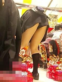 ドル箱整理してるパチンコ店員の前傾姿勢パンチラを盗撮したエロ画像 35枚 No.7