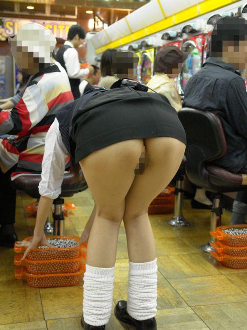ドル箱整理してるパチンコ店員の前傾姿勢パンチラを盗撮したエロ画像 35枚 No.30