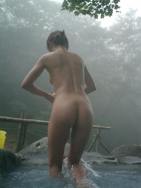 露天風呂を覗き見でお湯に濡れたおっぱいやお尻がエロ過ぎ盗撮画像 37枚 No.12