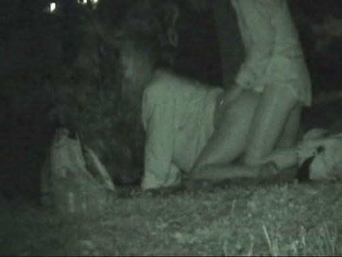 野外で後背位セックスしてるカップルを赤外線カメラで盗撮したエロ画像www 34枚 No.27