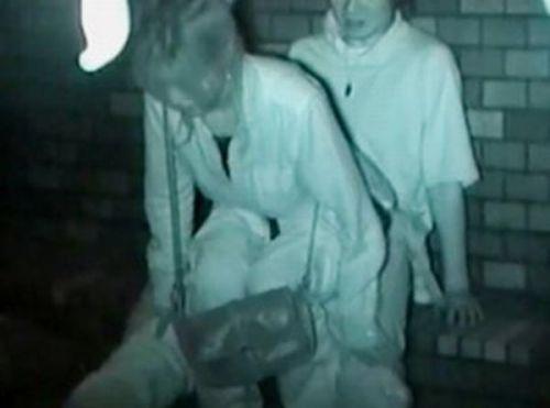 野外で騎乗位セックスしているカップルを赤外線カメラで盗撮エロ画像 45枚 No.5