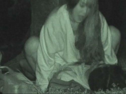 野外で騎乗位セックスしているカップルを赤外線カメラで盗撮エロ画像 45枚 No.15