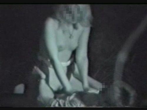 野外で騎乗位セックスしているカップルを赤外線カメラで盗撮エロ画像 45枚 No.27