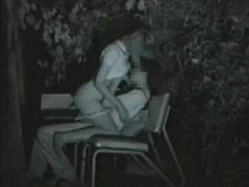 野外で騎乗位セックスしているカップルを赤外線カメラで盗撮エロ画像 45枚 No.44