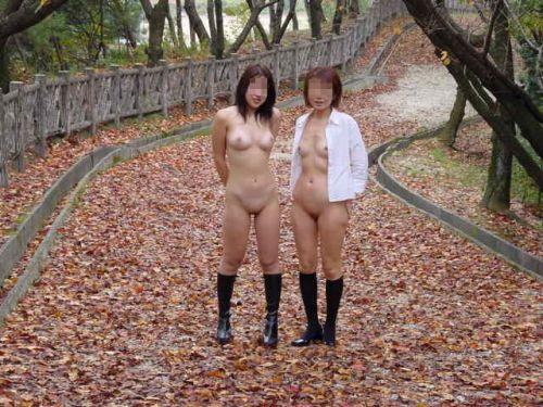 複数人で楽しそうに野外露出や露出旅行しちゃう女性達のエロ画像 50枚 No.19