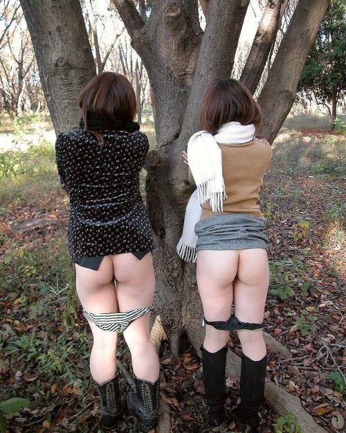複数人で楽しそうに野外露出や露出旅行しちゃう女性達のエロ画像 50枚 No.28
