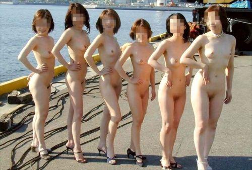 複数人で楽しそうに野外露出や露出旅行しちゃう女性達のエロ画像 50枚 No.37