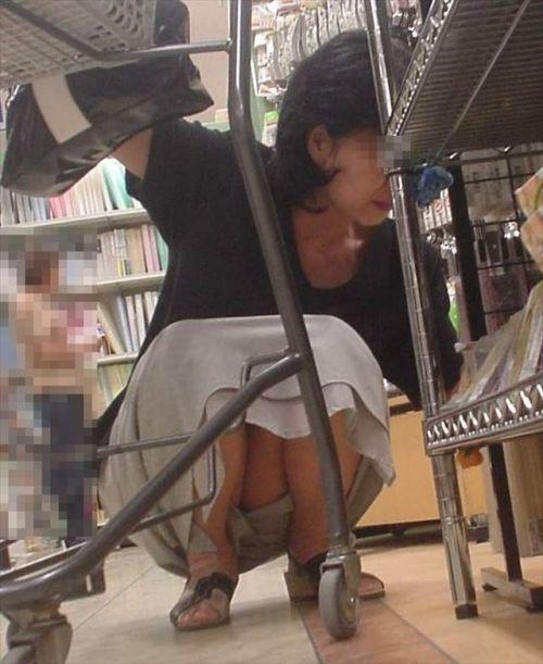 【盗撮】素人の熟女・人妻がしゃがみパンチラしてるエロ画像まとめ 34枚 No.3