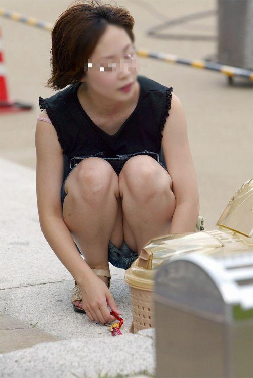 【盗撮】素人の熟女・人妻がしゃがみパンチラしてるエロ画像まとめ 34枚 No.15