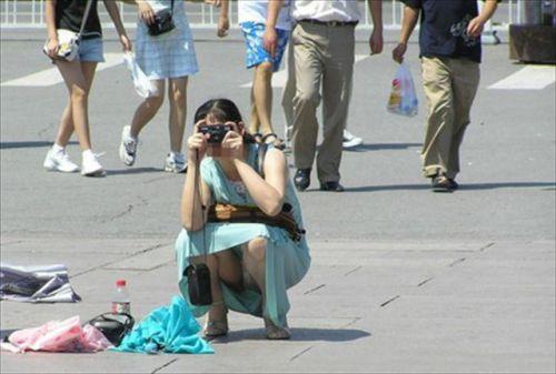【盗撮】素人の熟女・人妻がしゃがみパンチラしてるエロ画像まとめ 34枚 No.17