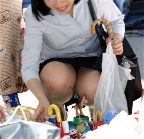 【盗撮】素人の熟女・人妻がしゃがみパンチラしてるエロ画像まとめ 34枚 No.30