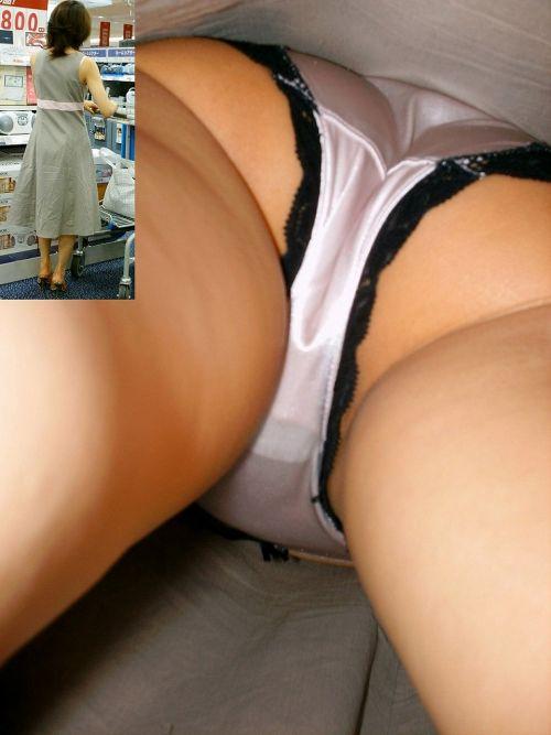 難易度激高!ロングスカートの人妻や熟女を逆さ撮りした盗撮エロ画像 No.7